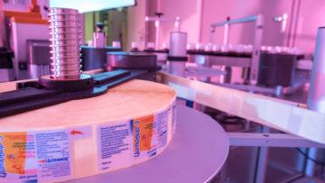 <b>Подача ленты самоклеющейся этикетки с бобины на аппликатор</b><br><span>Автоматическая этикетировочная машина: ETI1 PHARMA (Etipack, Италия)</span>