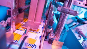 <b>Выход на конвейер для групповой упаковки</b><br> <span>Автоматическая блистерно-картонажная линия (CAM, Италия)</span>