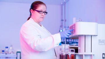 <b>Сотрудник лаборатории отдела контроля качества за работой</b>
