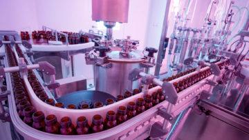 <b>Подача флаконов с загрузочного стола по конвейеру к дозирующему устройству</b><br><span>Автоматическая линия розлива и укупорки: FD 120 (COMAS, Италия)</span>