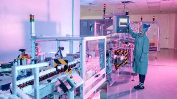 <b>Проверка оператором параметров процесса упаковки с помощью сенсорного экрана на пульте управления</b><br><span>Автоматическая этикетировочная и упаковочная линия: TR-1000 (CAM, Италия), ETI1 PHARMA (Etipack, Италия), MA255 (MARCHESINI GROUP S.p.A, Италия)</span>
