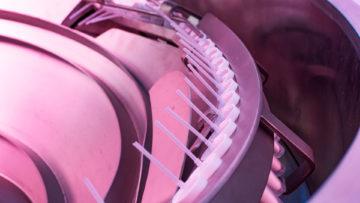 <b>Подача насос-дозаторов в машину</b><br><span>Автоматическая линия розлива и укупорки: LA (CAM, Италия)</span>
